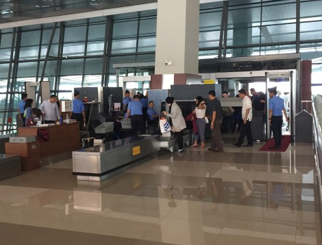 Antrian pemindaian barang di bandara