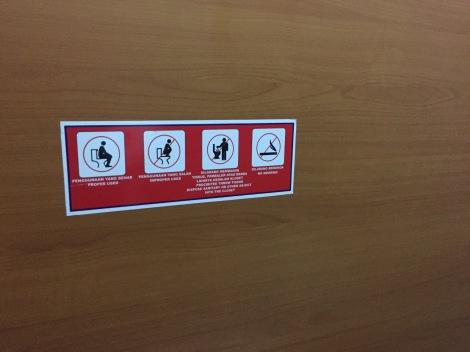 Selesai menggunakan toilet tidak ada salahnya mengucapkan terima kasih pada petugas