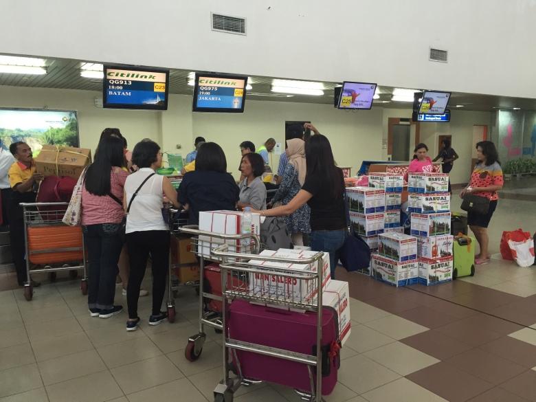 Suasana antrian check in di bandara