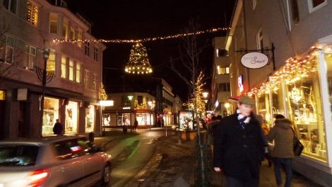 Suasana Malam di Bulan Januari Ornamen Natal Masih Terpasang