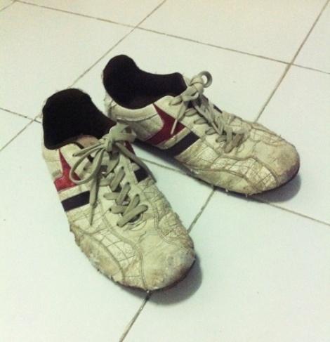 Sepatu Kelabu